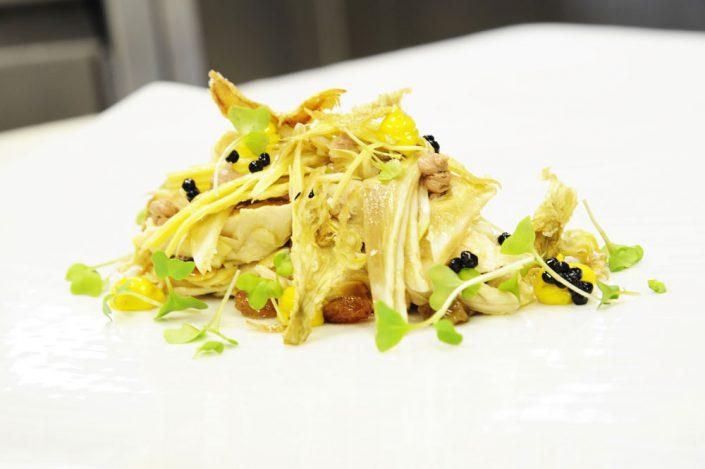Insalata Di gallina Grisa della lessinia e carciofi, maionese ai porcini secchi